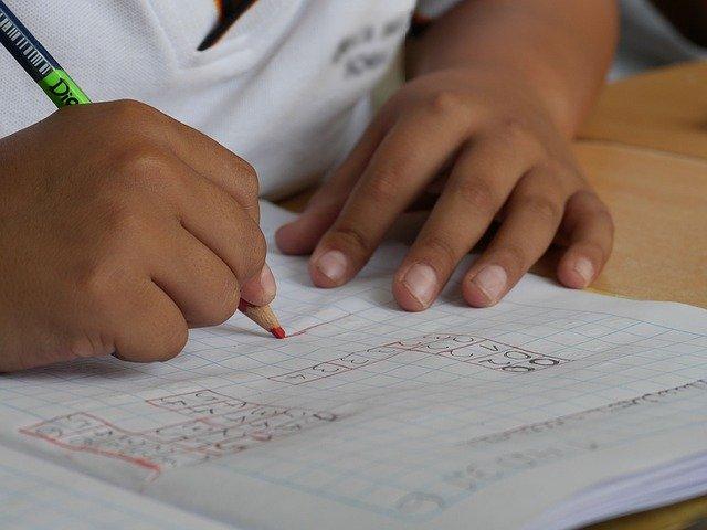 dítě píšící úkoly