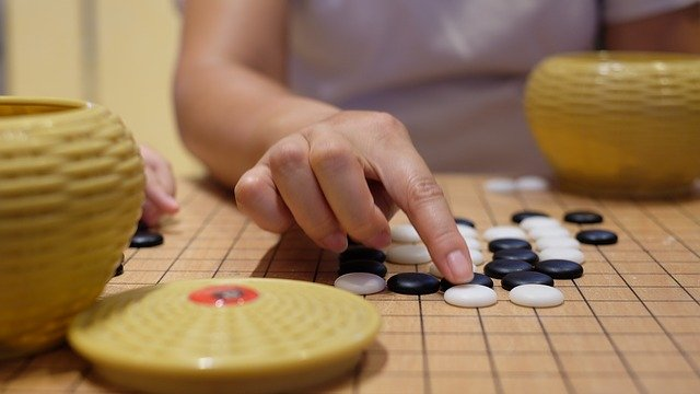 hrát šachy