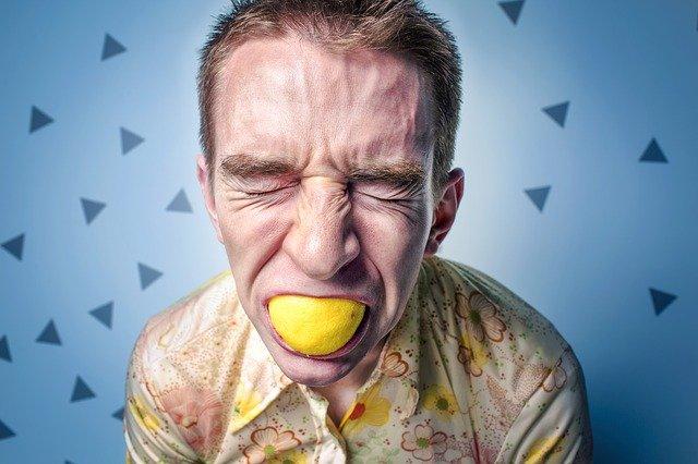 chlap s citronem