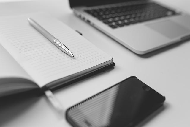 mobil, notebook, sešit, tužka