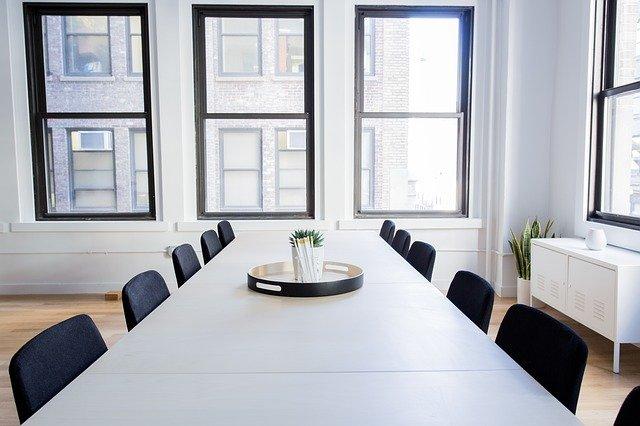 dlouhý stůl, okno, židle