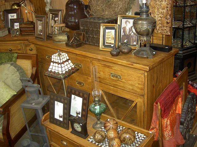 starý nábytek v antikvariátu