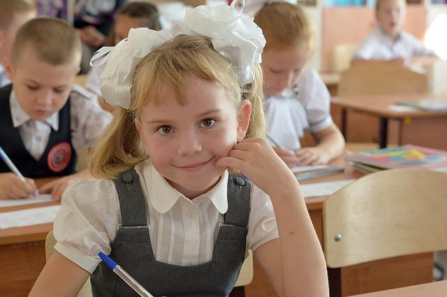 dívka ve třídě