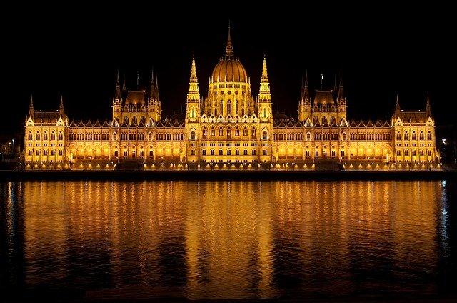 osvícený maďarský parlament