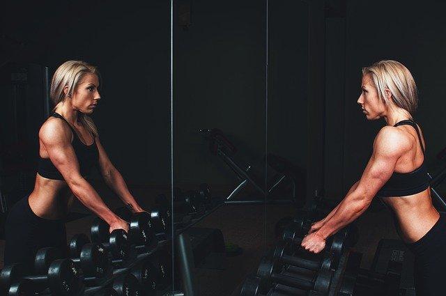 cvičící žena v posilovně.jpg
