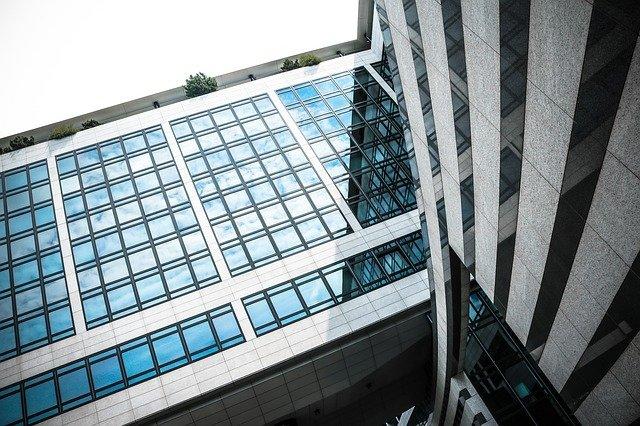 prosklená bankovní budova