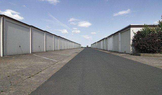 dvě řady venkovních garáží