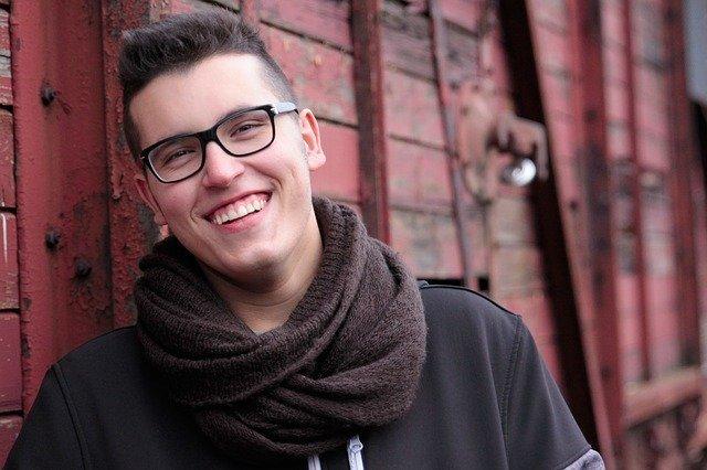 smějící se muž s brýlemi